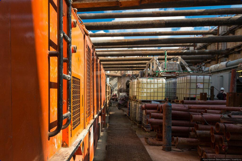 В котловане станции Очаково (Озёрная). Просто цвета понравились: оранжевый дизель и синее небо