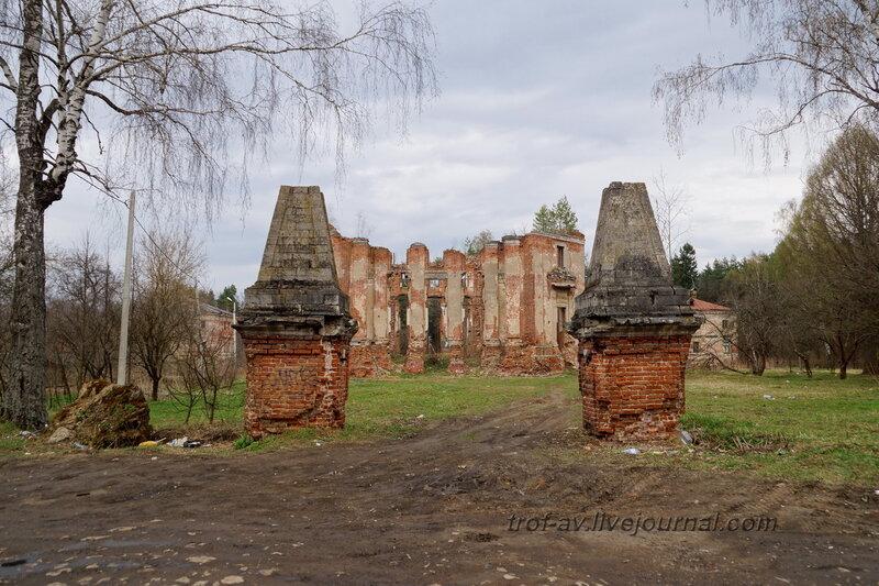 Въездные ворота и главный дом усадьбы. Усадьба Петровское-Княжищего Демидовых-Мещерских
