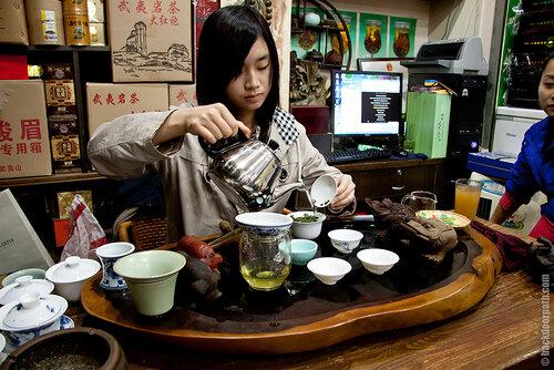 чайная церемония перед покупкой чая на чайном рынке в Шеньжене, Китай