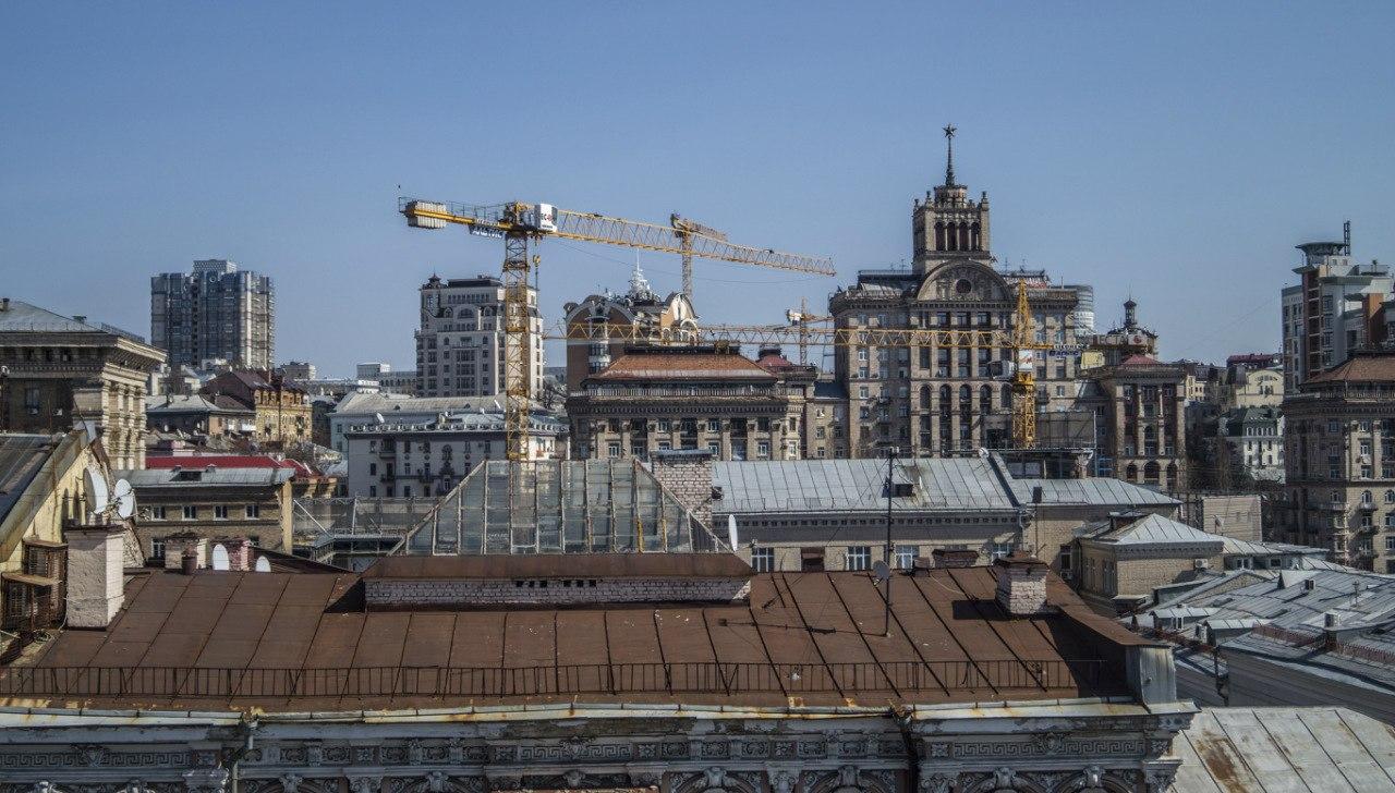 строительные краны над крышами домов