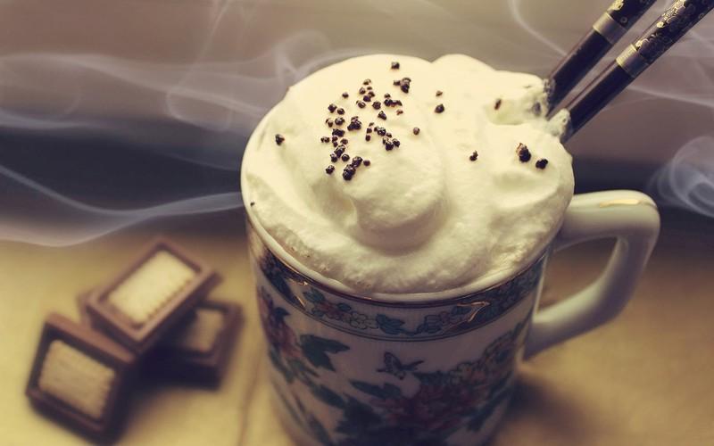 5. Кофе по-швейцарски со льдом Ингредиенты (на 1 порцию): 1 чашка сваренного кофе; 1/3 плитки темног