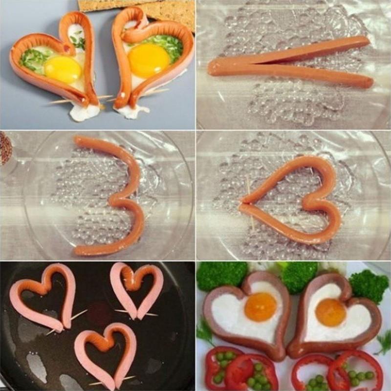 5. Романтический завтрак для двоих с сосисками и яичницей-глазуньей.