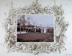 Император Николай II и императрица Александра Федоровна, сопровождающие их лица в момент прибытия в Уяздовский военный госпиталь.