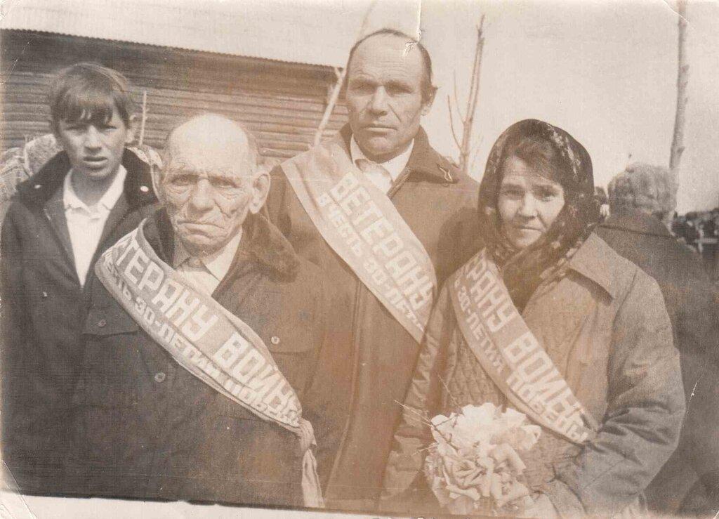 Якубович Людмила и сын Семена Виктор. Фамилию и имя одного ветерана не знаем.