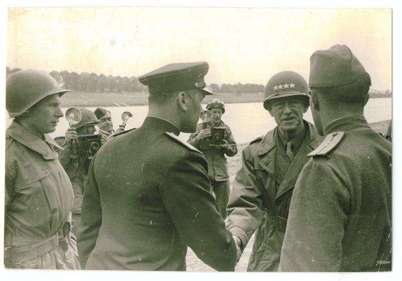 На берегу Эльбы генерала Ходжеса встретил генерал-майор Г В. Бакланов, 25 апреля 1945 г