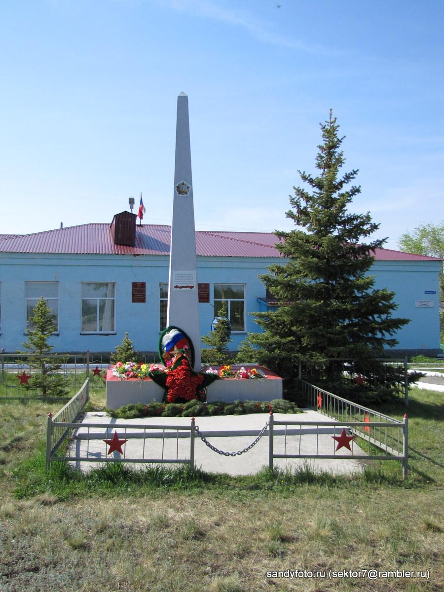 Памятник в Бобровке