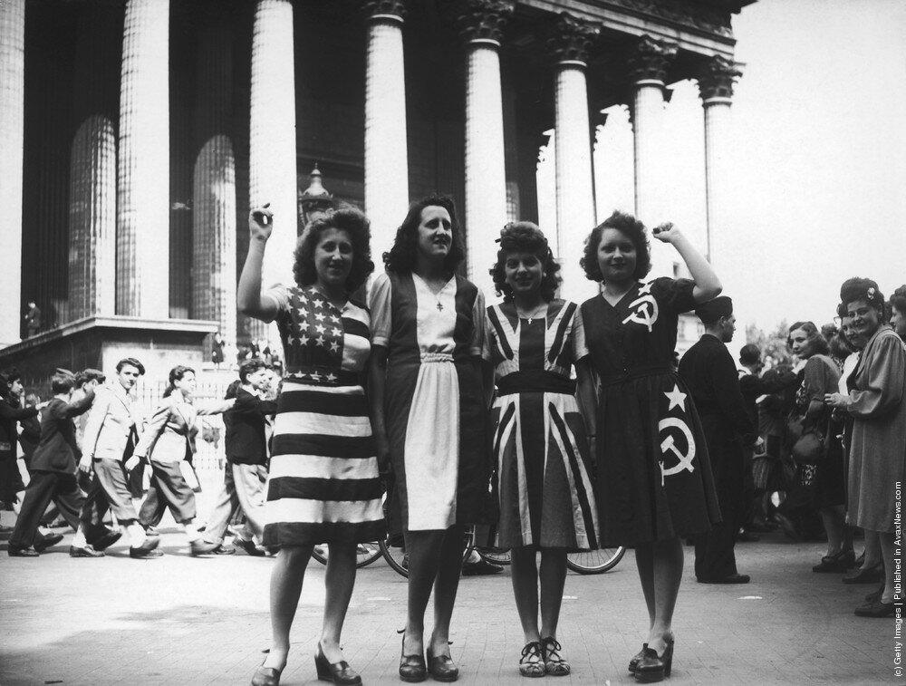 День Победы в Париже, 8 мая 1945 года,флаги союзных держав: США, Франция, Великобритания и Советский Союз.