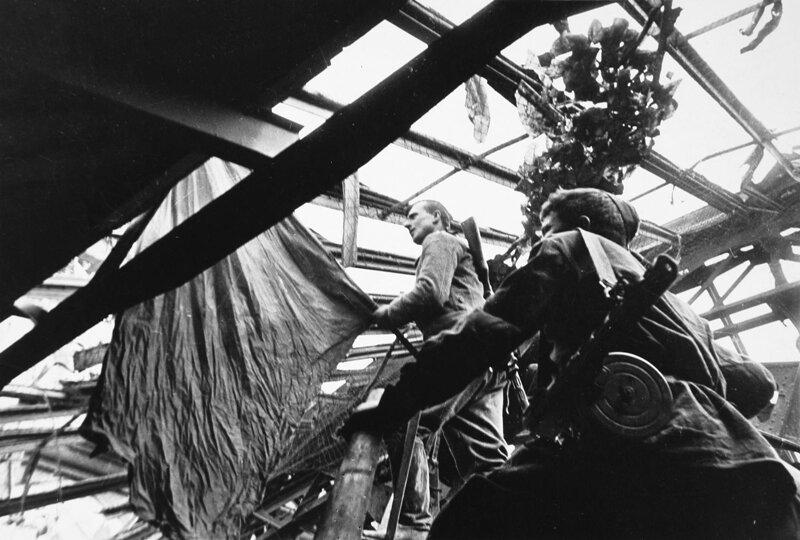русский Михаил Егоров и грузин Мелитон Кантария выносят знамя на крышу Рейхстага, 1 мая 1945 года.
