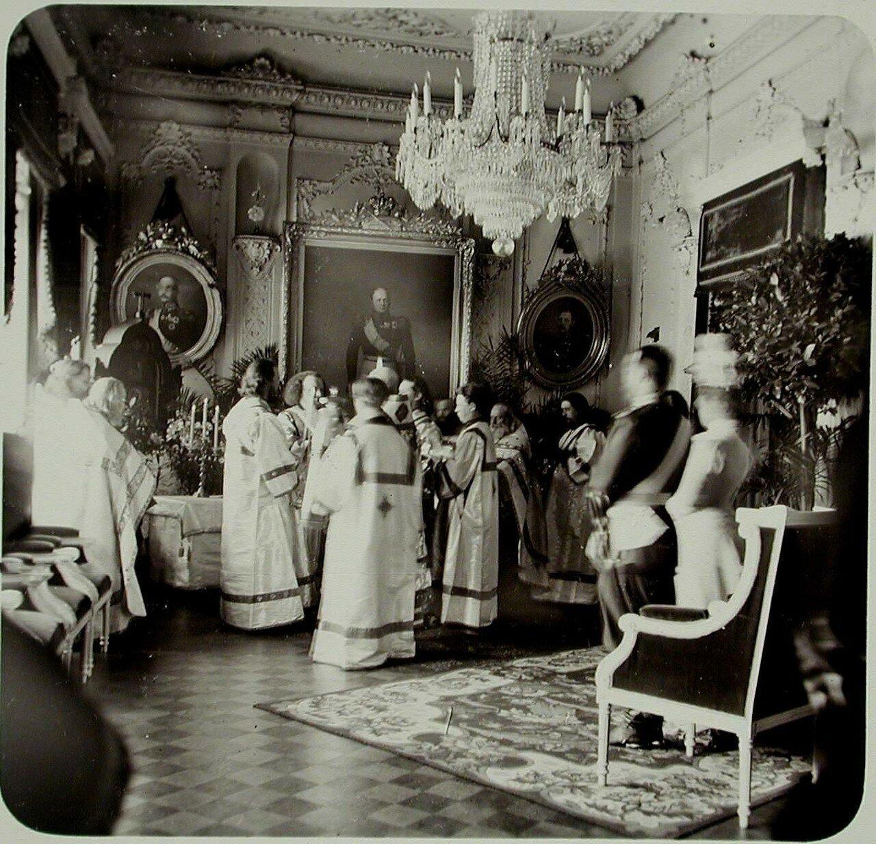05. Император Николай II, вдовствующая императрица Мария Фёдоровна, группа священнослужителей в одном из залов здания Совета Общества