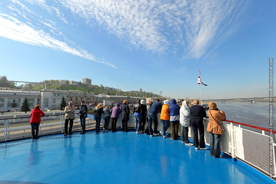 шлюпочная палуба теплохода «Н.А.Некрасов» с туристами, вид на Нижний Новгород