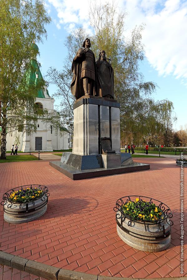 Памятник князю Юрию Всеволодовичу и епископу Симону Суздальскому — основателям Нижнего Новгорода
