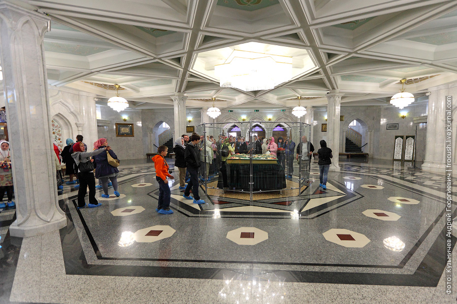 При входе в мечеть, в центре зала, расположен самый большой Коран