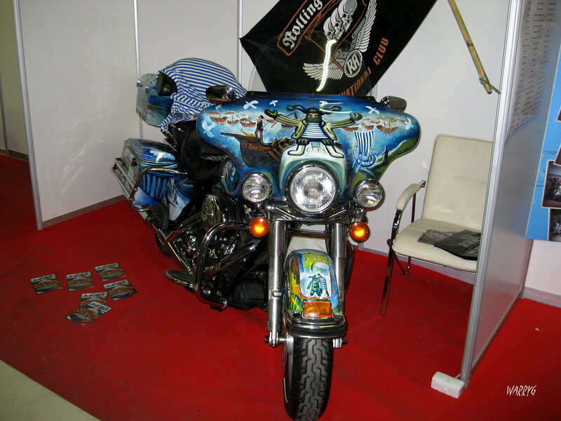 Мотоцикл с забавной аэрографией на стенде мотоклуба «Rolling Anarchy MCC».