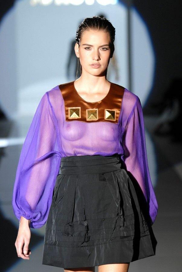 Модели в прозрачных нарядах и без лифчиков