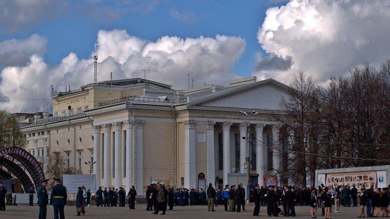 Парад на Театральной площади в Кирове: вид на драмтеатр