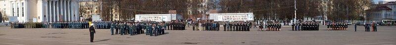 Парад на Театральной площади в Кирове: панорама