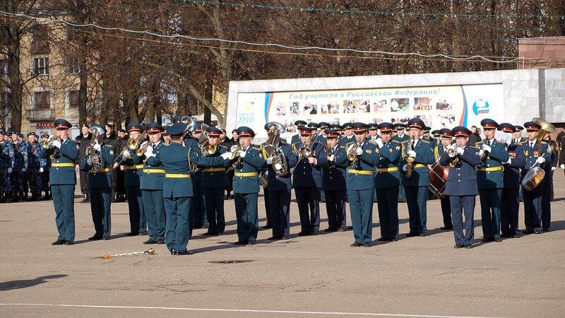 Парад на Театральной площади в Кирове