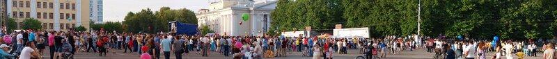 панорама театральной площади и люди с шариками