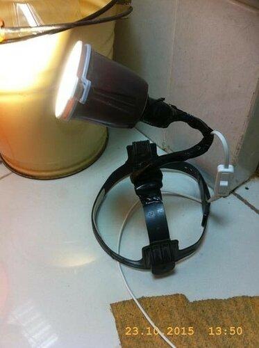 Из защитной полумаски, патрона и кофейного стакана соорудил подсветку для работы