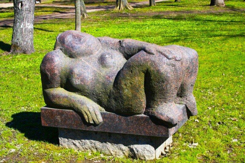 Большая каменная женщина