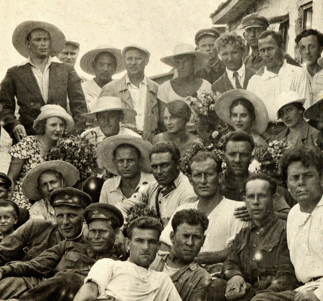 МХАТ на гастролях. Середина 1930-х.В верхнем ряду второй справа (в белой рубашке) Николай Дорохин, в третьем ряду -  второй слева (в белой шляпе) Григорий Конский, вторая справа (тоже в белой шляпе) Софья Пилявская.