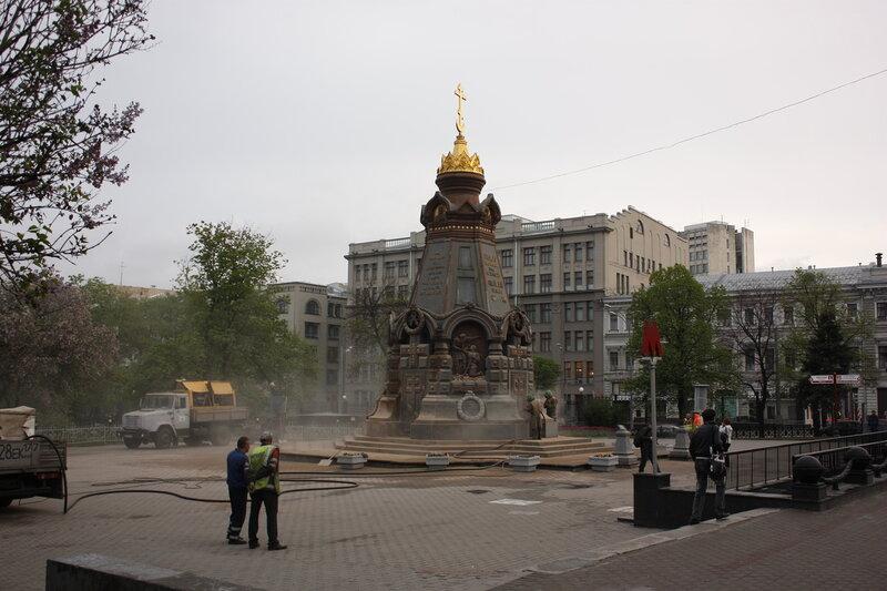 Очистка Памятника героям Плевны после осквернения хулиганскими надписями. 8/05/2012