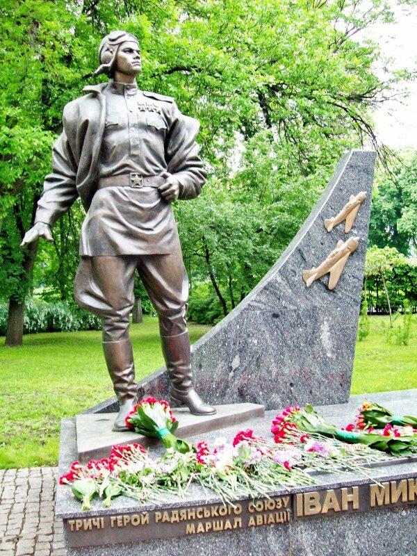 Памятник Ивану Кожедубу в парке Славы