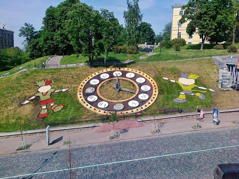 Цветочные часы накануне Евро 2012