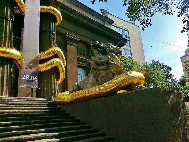 Инсталляция Золотые трубы