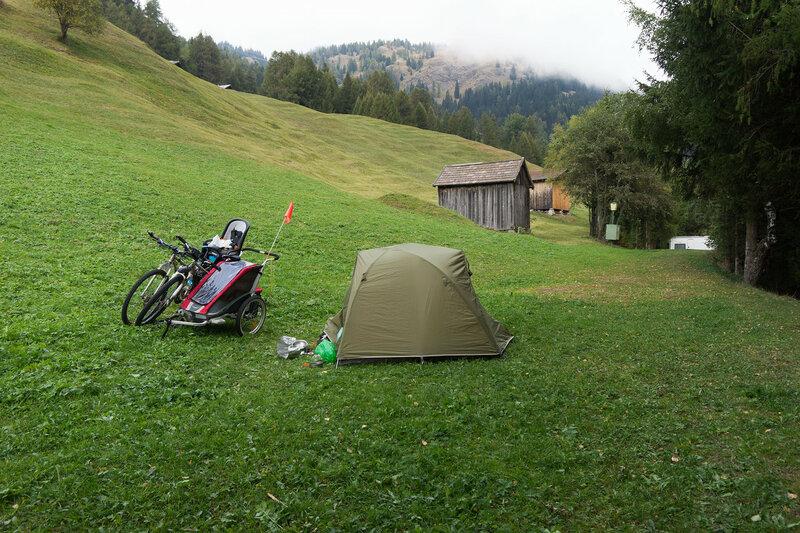 ночевка в палатке в велопоходе в Альпах в кемпинге Nauders
