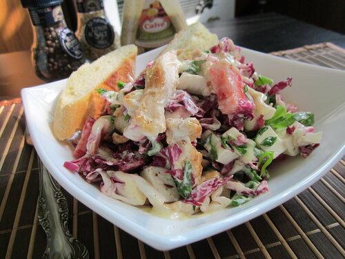 Салат с клубникой,сыром фета и курицей