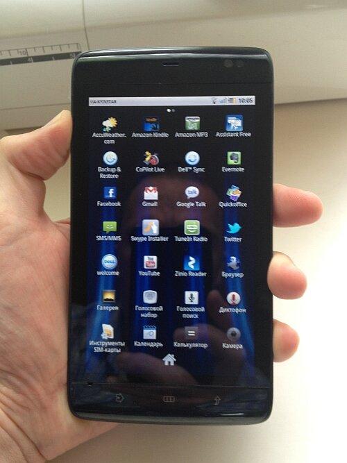 Dell Streak 5 mini в руке. Как и все стеклянные смартфоны - ужасно бликует на фотографии, но в работе этого не замечешь