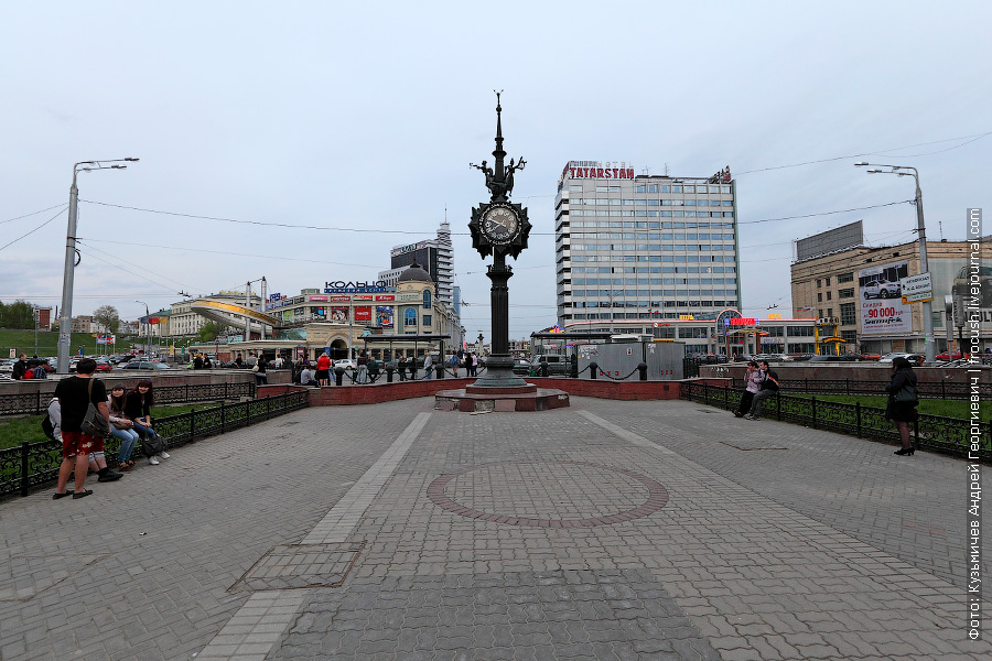 часы на фоне площади Габдуллы Тукая в Казани