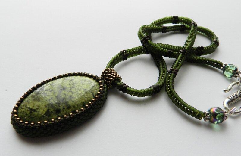 green - украшения из бисера,змеевик,кулон,зеленый,коричневый,колье из бисера.