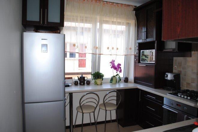 Кухня под окном дизайн фото