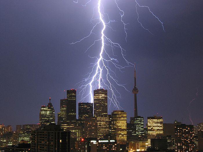 Красивые фотографии молний в самых разных местах и ситуациях 0 a5525 f5c2f01b orig