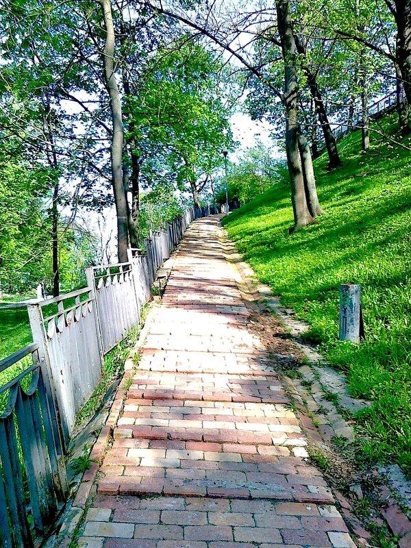 Дорожка между террасами Владимирской горки