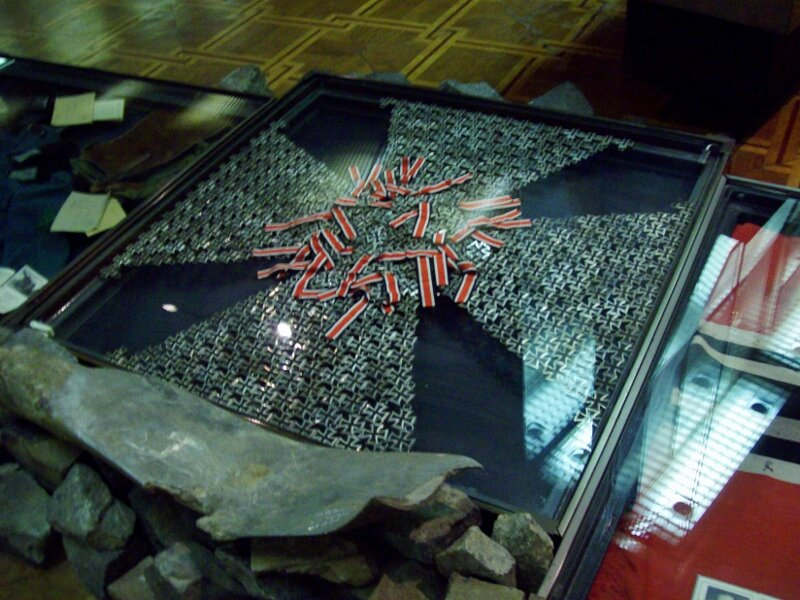 Крест из немецких крестов в музее ВОВ