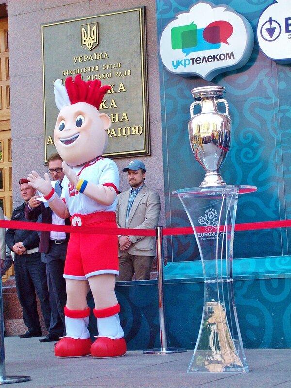 Кубок Евро 2012 под киевской мэрией