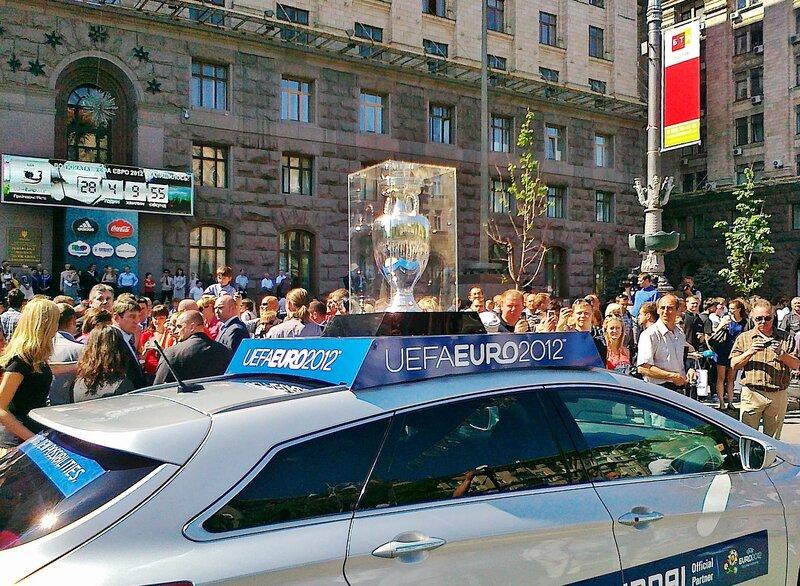 Автомобиль с Кубком Евро 2012 отъезжает от мэрии Киева