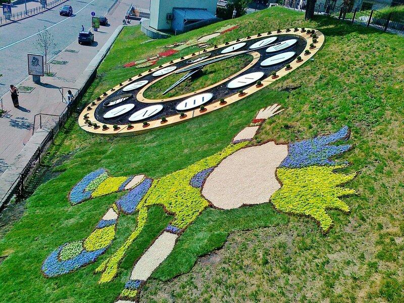 Талисманы Евро 2012 Славек и Славко украсили цветочные часы