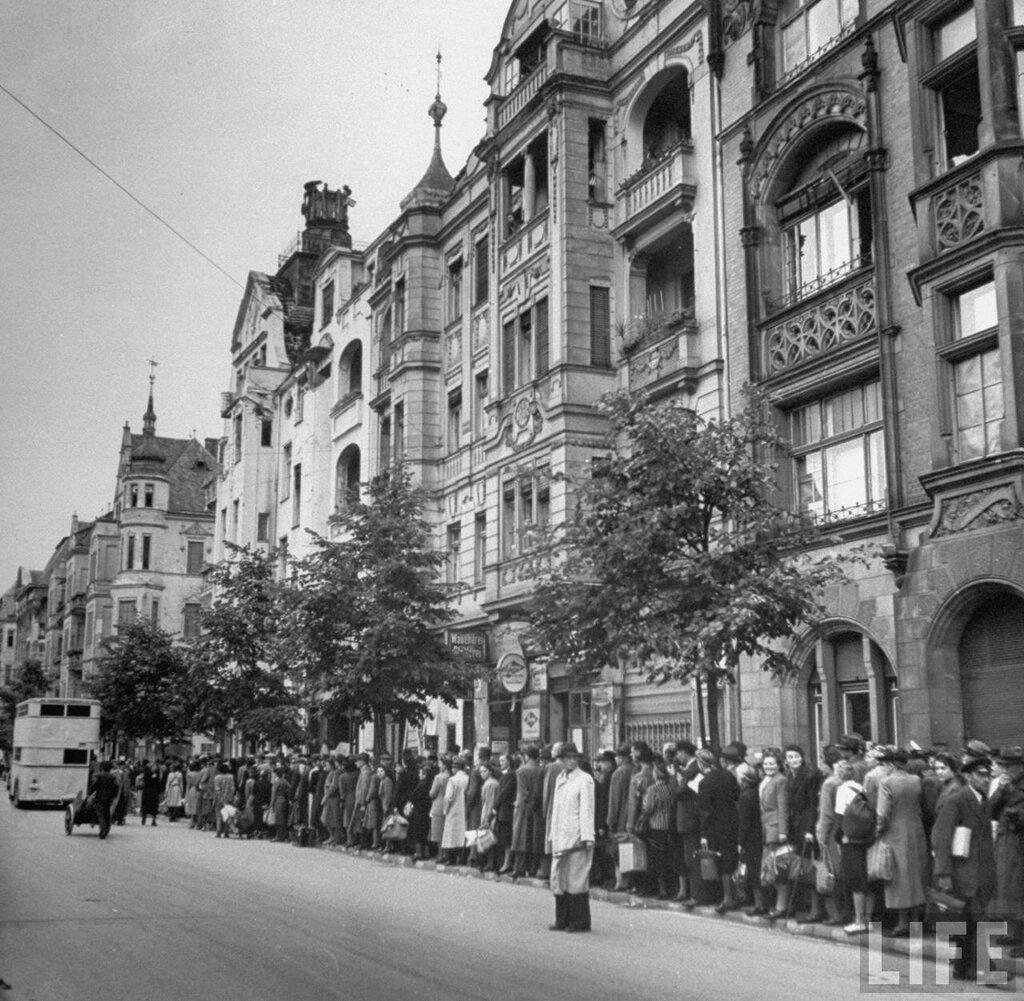 Берлин 1945 немецкие граждане в ожидании автобуса