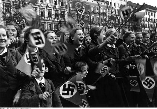 Радостные жители встречают немецкие войска.