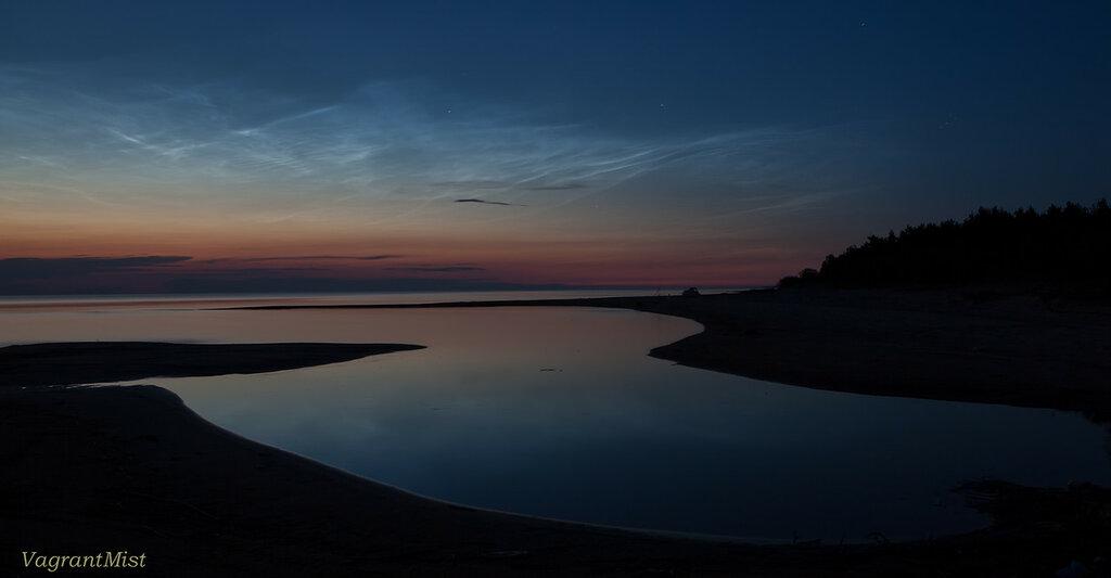 Последние отсветы заката на берегу озера