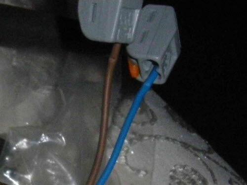 Фото 9. Кожух штатного клеммника продавливал изоляцию проводов люстры. Следы от кожуха на изоляции проводов и клеммники Wago-222 крупным планом.