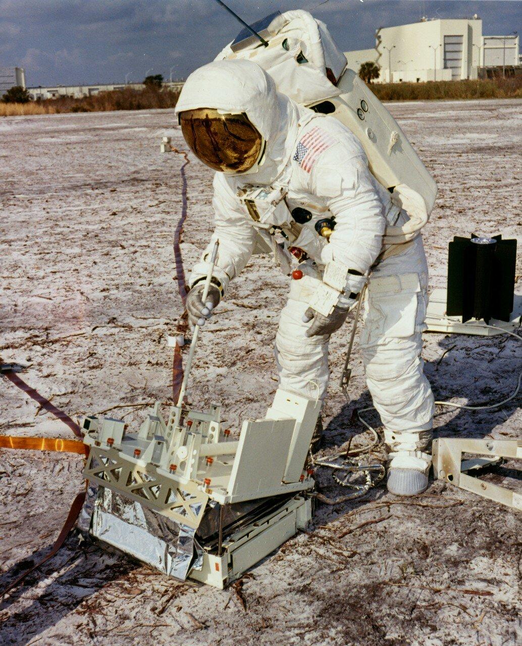 Ловелл был опытным астронавтом. На тот момент он имел за плечами программу Джемини и миссию Аполлон-8, где был пилотом командного модуля. Ловелл был первым, кто летел к Луне во второй раз. Он также первый человек, летевший в четвёртый космический полёт