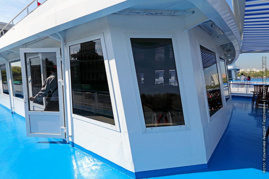В начале шлюпочной палубы расположен бар «Мелодия реки» теплохода «Мстислав Ростропович»