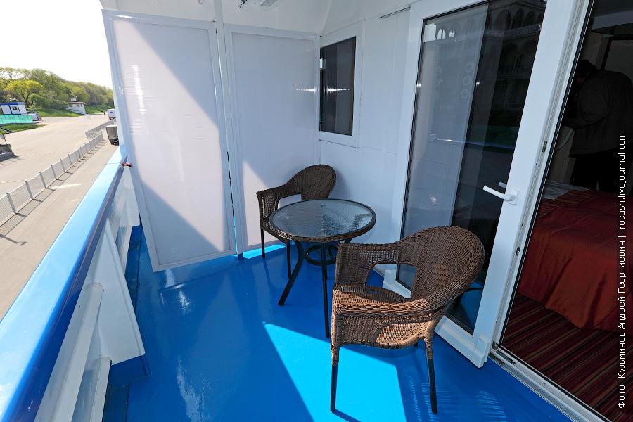 Балкон двухместной каюты №325 на шлюпочной палубе теплохода «Мстислав Ростропович»