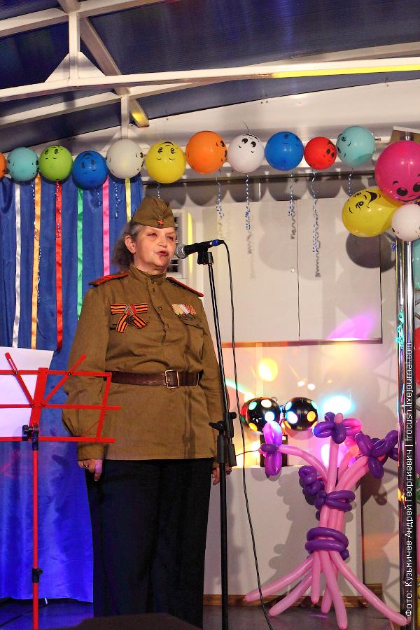 туристка читает стихотворение о Великой Отечественной войне