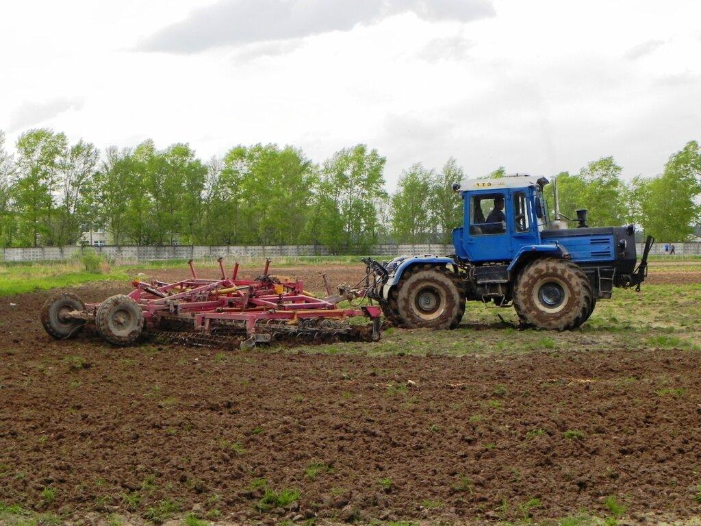 Фото трактор поле пашет